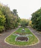 Kwiatów łóżka z rzeźbami w Gorky parku w jesieni Obrazy Royalty Free
