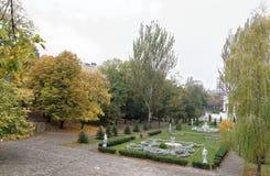 Kwiatów łóżka z rzeźbami w Gorky parku w jesieni Zdjęcie Royalty Free