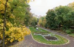 Kwiatów łóżka z rzeźbami w Gorky parku w jesieni Zdjęcia Stock