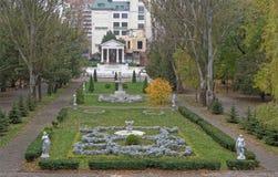 Kwiatów łóżka z rzeźbami w Gorky parku w jesieni Fotografia Royalty Free
