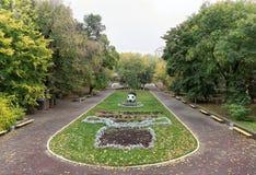Kwiatów łóżka z rzeźbami w Gorky parku w jesieni Fotografia Stock