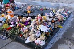 Kwiatów i dzieci ` s zabawki umieszczać ku pamięci nieżywych dzieci - Rosja Berezniki Kwiecień 2, 2018 fotografia stock