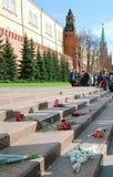 Kwiatów pączki Niewiadomego żołnierza grobowem w Moskwa Fotografia Royalty Free