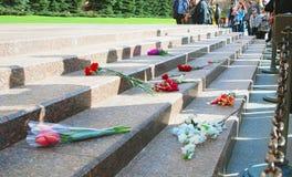 Kwiatów pączki Niewiadomego żołnierza grobowem w Moskwa Zdjęcia Royalty Free
