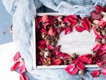 Kwiatów płatków rama na drewnianym tle to walentynki dni Fotografia Stock