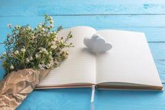 Kwiatów serca na otwartym notatniku i bukiet Ślubny planowanie Rocznicowy kontekst obraz stock