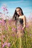 kwiatów trawy trwanie kobieta obrazy stock