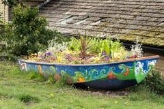 Kwiat łódź kwitnie przy kanał zdjęcie royalty free