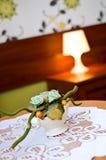Kwiat dekoracja na sypialnia stole Obrazy Royalty Free