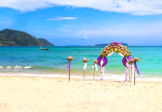 Kwiat dekoracja przy plażowym ślubem Zdjęcia Stock