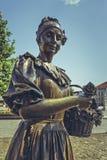 Kwiat dziewczyny brązu statua Obrazy Stock