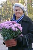 kwiat gospodarstwa seniora kobieta Zdjęcie Royalty Free