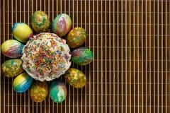 Kwiat lub słońce wielkanoc torty i Wielkanocni jajka obrazy royalty free