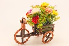 Kwiat na drewnianym samochodowym dekoracja filmu stylu fotografia royalty free