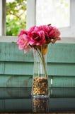 Kwiat na stole Zdjęcie Royalty Free
