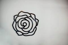 Kwiat podpisuje białą ścianę zdjęcia stock