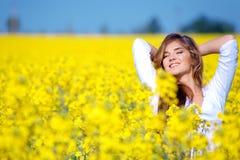 kwiat pola dziewczyny się odprężyć Zdjęcie Stock