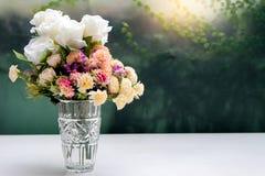 kwiat w szklanej wazie na bielu stole Obraz Stock