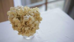Kwiat waza na stole w domu zbiory