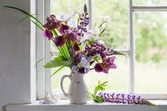 Kwiat wazy obsiadanie wśrodku okno Obrazy Royalty Free