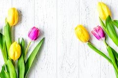 Kwiat wiosny tulipanów odgórny widok na drewnianym tła mockup Obraz Stock