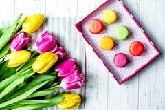 Kwiat wiosny tulipanów odgórny widok na drewnianym tle Obraz Royalty Free