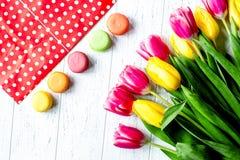 Kwiat wiosny tulipanów odgórny widok na drewnianym tle Zdjęcia Stock