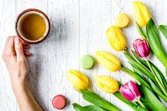 Kwiat wiosny tulipanów odgórny widok na drewnianym tle Zdjęcie Stock