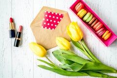 Kwiat wiosny tulipanów odgórny widok na drewnianym tle Obrazy Stock