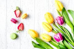 Kwiat wiosny tulipanów odgórny widok na drewnianym tle Fotografia Royalty Free