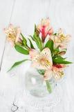 Kwiatu alstroemeria w szklanej wazie Zdjęcie Royalty Free