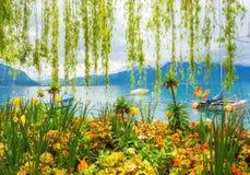 Kwiatu brzeg i góry, Montreux Szwajcaria Zdjęcia Stock
