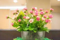 Kwiatu bukiet nad nowożytnym wewnętrznym tłem Zdjęcia Royalty Free