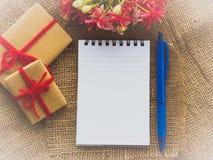 Kwiatu bukiet, prezent i czerwony kwiat, Obrazy Stock