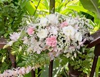Kwiatu bukiet układa dla dekoraci w ślubnej ceremonii Zdjęcie Stock