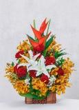 Kwiatu bukiet w drewnianym koszu Obraz Royalty Free
