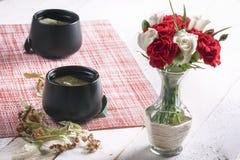 Kwiatu bukiet w lipowej herbacie i wazie fotografia stock