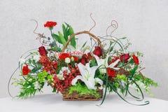 Kwiatu bukiet w łozinowym koszu Zdjęcia Royalty Free