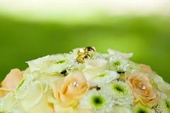 Kwiatu bukiet z złotymi pierścionkami Obraz Royalty Free