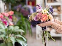 Kwiatu bukieta doręczeniowa kobieta trzyma kreatywnie Zdjęcie Stock