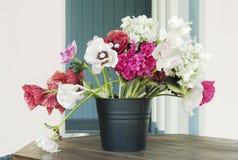 kwiatu dekoracyjny stół Zdjęcia Royalty Free