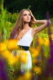 kwiatu dziewczyny halizny siedzący potomstwa Fotografia Stock