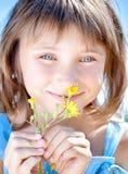 kwiatu dziewczyny ręka szczęśliwa jego mały Zdjęcia Royalty Free