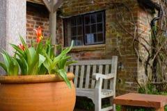 Kwiatu garnek przed wiejskim duchowieństwo domem w Anglia zdjęcia stock