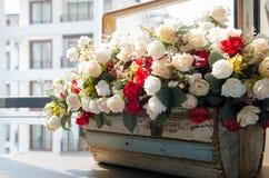 Kwiatu kosz i miastowy widok Zdjęcia Royalty Free