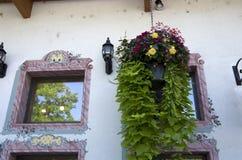 Kwiatu kosz starym domem Zdjęcie Stock