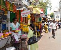 kwiatu mahalakshmi outside sklepu świątyni sprzedawca zdjęcie stock