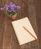 Kwiatu notatnik i dzwony Fotografia Royalty Free