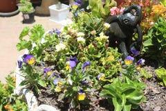 Kwiatu ogród z rzeźbiącym słoniem Obrazy Royalty Free
