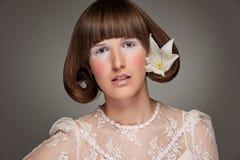 kwiatu portreta elegancka kobieta zdjęcia stock